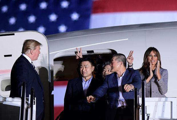 Donald Trump i Melania Trump witają uwolnionych przez Kim Dzong Una