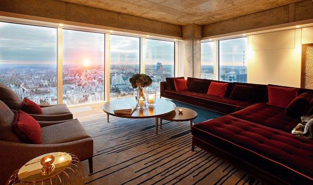 Tak wygląda salon na 50. piętrze wieżowca Złota 44. Wszystkie apartamenty są oferowane z kompleksowym wykończeniem, a potencjalni nabywcy mogą wybrać jeden z dziewięciu wariantów aranżacji wnętrz.