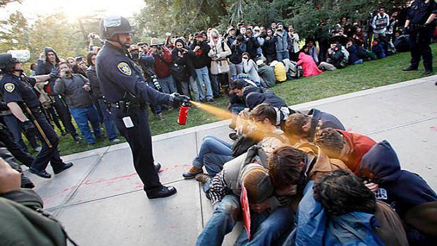 Opryska� student�w gazem, sta� si� po�miewiskiem sieci i... dosta� 38 tys. dolar�w odszkodowania