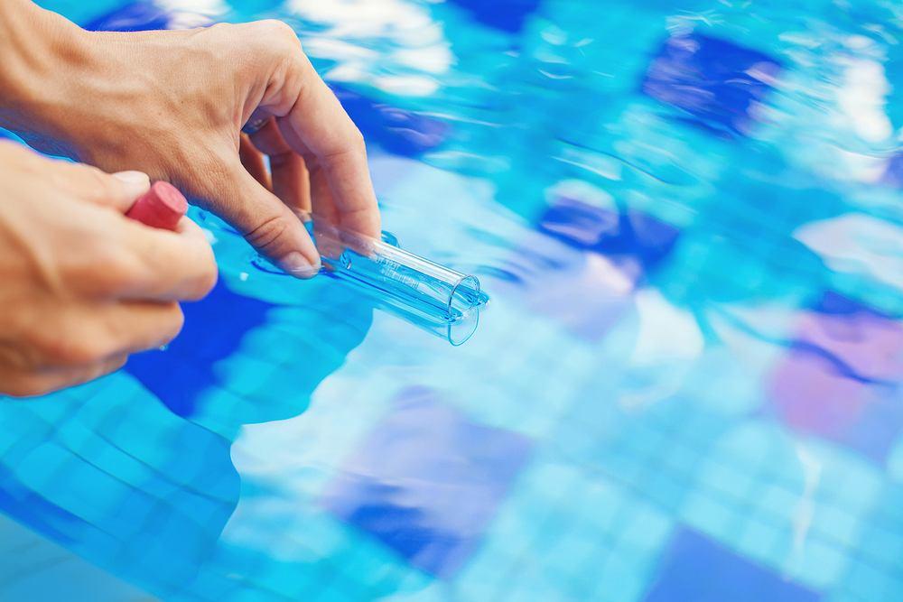 Badanie wody w basenie miejskim