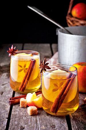 Miód pitny na gorąco z przyprawami korzennymi i jabłkami
