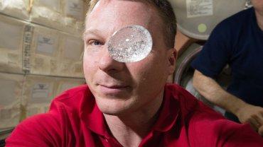 Co si� stanie, je�li rozpu�cisz aspiryn� bez grawitacji? NASA pokaza�a nowy eksperyment