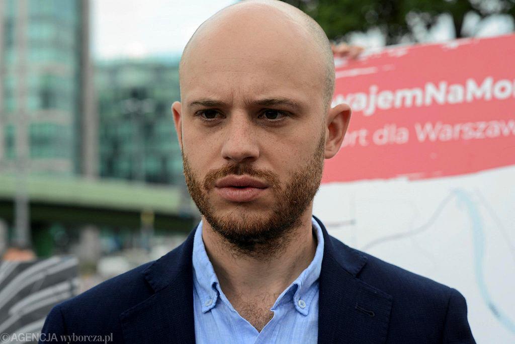 Kandydat na prezydenta Warszawy Jan Śpiewak podczas konferencji prasowej