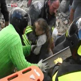 """Trz�sienie ziemi we W�oszech: niestety, bardzo ro�nie bilans ofiar. """"Nie �yje 159 os�b"""""""
