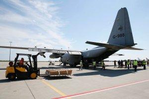Odlecia� pierwszy samolot z cia�ami ofiar katastrofy malezyjskiego boeinga