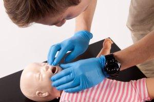 Dzieci, wakacje i nagłe wypadki. Czy wiesz jak fachowo udzielić pierwszej pomocy?