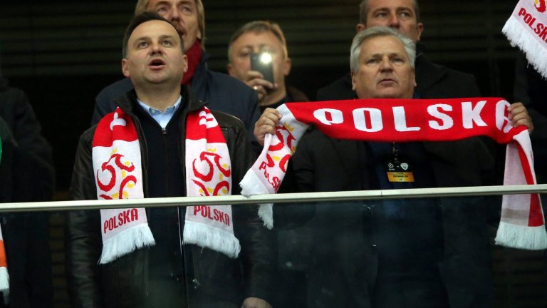 Prezydent RP Andrzej Duda i były prezydent RP Aleksander Kwaśniewski na trybunie VIP