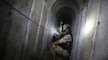 Palestyński bojownik w tunelu w Strefie Gazy