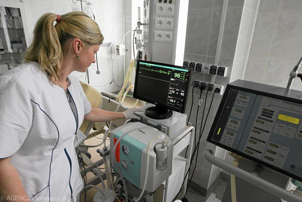 Czas na kontrolę parametrów życiowych pacjenta (fot. Paweł Małecki / Agencja Gazeta / zdjęcie ilustracyjne)