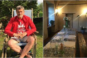 Janusz Palikot wci�� kursuje mi�dzy swoimi trzema domami: jednym w centrum warszawy, drugim na lubelskiej star�wce i tym najbardziej urokliwym - na Suwalszczy�nie. Po�o�ona na totalnym odludziu rezydencja to najlepsze miejsce na relaks i odpoczynek. Zobaczcie, jak stylowo prezentuje si� w �rodku.