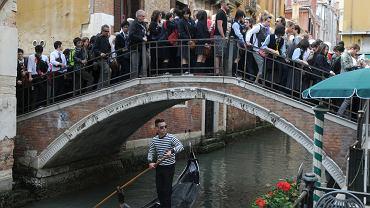 Co roku Wenecję odwiedza 6 mln turystów. Sporo z nich musi się nauczyć 'szanować miasto', w czym mają pomóc specjalne patrole 'strażników przyzwoitości'