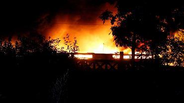 Pożar nielegalnego składowiska śmieci w Dąbrowie