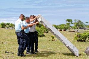 Poszukiwania boeinga 777. Szczątki samolotu odnalezione na Reunion dotarły do Paryża
