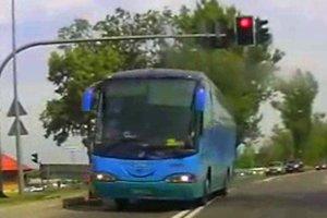 """""""Wariat w autobusie"""" - przeje�d�a na czerwonym �wietle, na pe�nym gazie, ledwo unika zderzenia"""