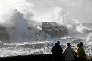 Huragan nad Europą: 12 ofiar, setki tysięcy domów bez prądu. Wiatr nadciąga nad Polskę [ZDJĘCIA]