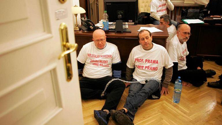 Kupcy z przejścia podziemnego przy Dworcu Centralnym 7 stycznia 2013 r. przykuli się w sekretariacie Hanny Gronkiewicz-Waltz