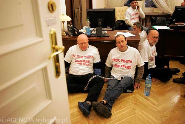 Kupcy z przej�cia podziemnego przy Dworcu Centralnym 7 stycznia 2013 r. przykuli si� w sekretariacie Hanny Gronkiewicz-Waltz