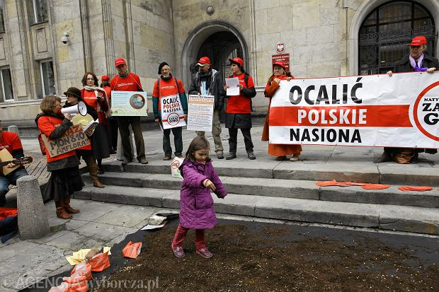Kwiecień 2012, happening koalicji ''Polska wolna od GMO'' przed ministerstwem rolnictwa