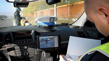 Brak wyjątku od administracyjnego zatrzymania prawa jazdy za przekroczenie prędkości - niezgodny z konstytucją wyrokuje TK. N/z.: Funkcjonariusze drogówki (Policji Autostradowej) podczas służby - w nieoznakowanym radiowozie marki Opel Insignia