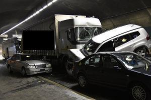 Karambol w szwajcarskim tunelu. Ucierpia� polski autobus, nie �yje 44-letnia Polka