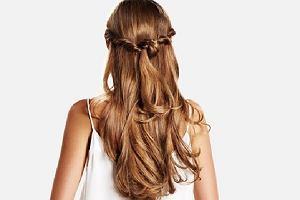 6 banalnych, średnich i trudnych fryzur, które zrobisz gumką sprężynką. Można nią stworzyć ciekawsze upięcia niż kucyk!