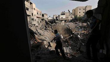 Palestyńczycy w ruinach domu zniszczonego w izraelskim nalocie