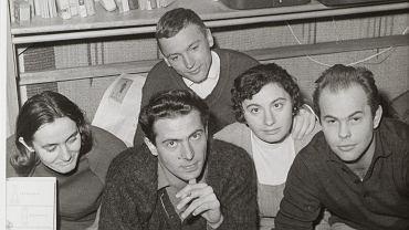 Od lewej: Gaja Kuroń, Karol Modzelewski, Joanna Gomułka i Jacek Kuroń, nad nimi: Stanisław Gomułka, mąż Joanny. Zdjęcie zrobił milicyjny fotograf w czasie rewizji w listopadzie 1964 r. w mieszkaniu Gomułków, gdzie zebrani omawiali przyszły 'List otwarty' do partii.