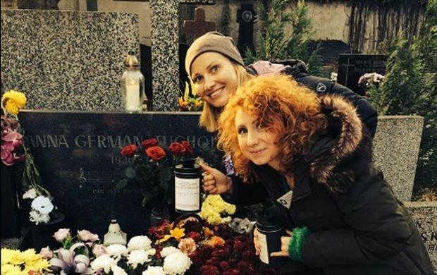 Joanna Moro zasłynęła rolą Anny German w uwielbianym przez miliony widzów serialu TVP. 1 listopada aktorka kwestowała z przyjaciółką na żoliborskim cmentarzu, gdzie pochowana jest wielka gwiazda polskiej sceny muzycznej. Moro pokazała w sieci zdjęcie nad jej grobem. I się zaczęło.
