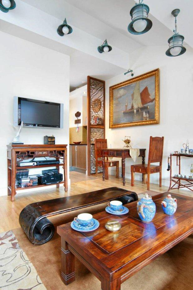 Większość mebli to chińskie wyroby kupione w gdyńskim składzie kolonialnym. Tekowy stolik kawowy jest fragmentem dawnego łóżka. Pod telewizorem zrywa?się do lotu biała mewa z?miśnieńskiej porcelany (ptak ten jest symbolem Sopotu).