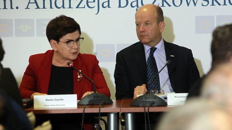 Premier Beata Szydło i minister zdrowia Konstanty Radziwiłł podczas posiedzenia Prezydium Rady Dialogu Społecznego