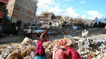 Odgruzowywanie najbardziej oprócz starówki zniszczonej dzielnicy Katmandu. Cegły są wyciągane z gruzowisk do ponownego użycia