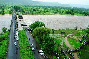 Indie. Znaleziono zw�oki 14 os�b, kt�re zgin�y po zawaleniu si� mostu