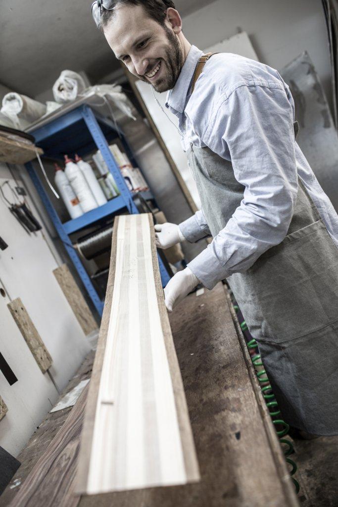 Szymon Girtler prezentuje rdzeń narty. Manufaktura Monck Custom, styczeń 2014