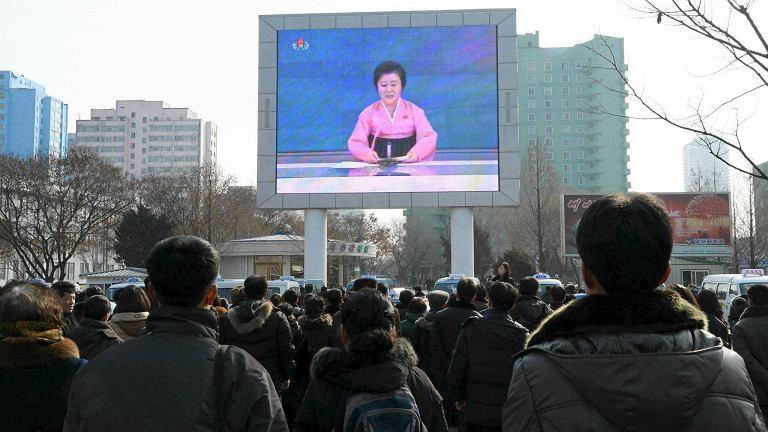 Obywatele Korei oglądają ogłoszenie władz
