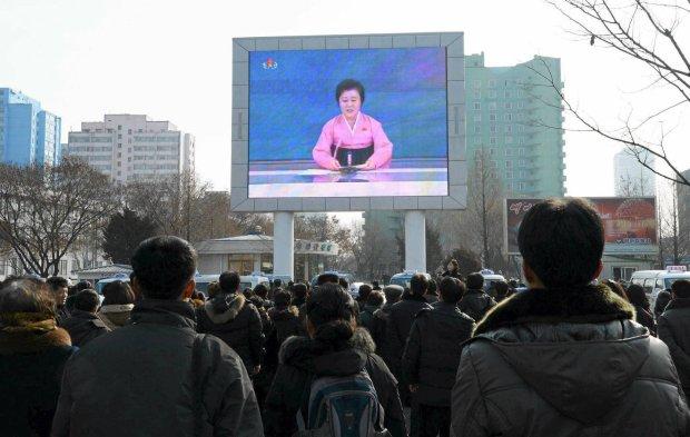 Obywatele Korei ogl�daj� og�oszenie w�adz