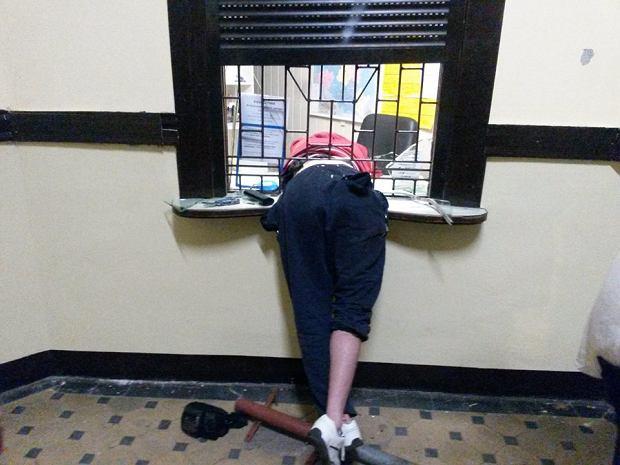 Wielkopolska: Złodziej zaklinował się w okienku kasy na dworcu [ZDJĘCIA]