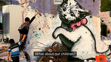 """""""Co będzie z naszymi dziećmi?"""" Namalowany przez Banksyego kotek symbolizuje utraconą w strefie wojny radość dzieciństwa"""