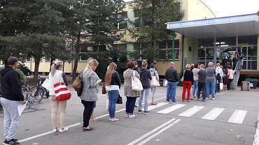 Kolejka w szkole w Nowym Dworze Mazowieckim. Rodzice zapisują uczniów na obiady