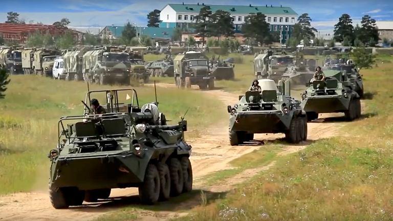 Manewry 'Wostok 2018' (Wschód 2018). Zgodnie z ubiegłorocznym dekretem Putina siły zbrojne Rosji liczą nieco ponad 1,9 mln ludzi. Z nich służbę mundurową pełni 1,013 mln osób. Tak więc na wschodnie manewry generałowie ściągają z jednostek z całego ogromnego kraju niemal trzecią część wszystkich wojskowych.