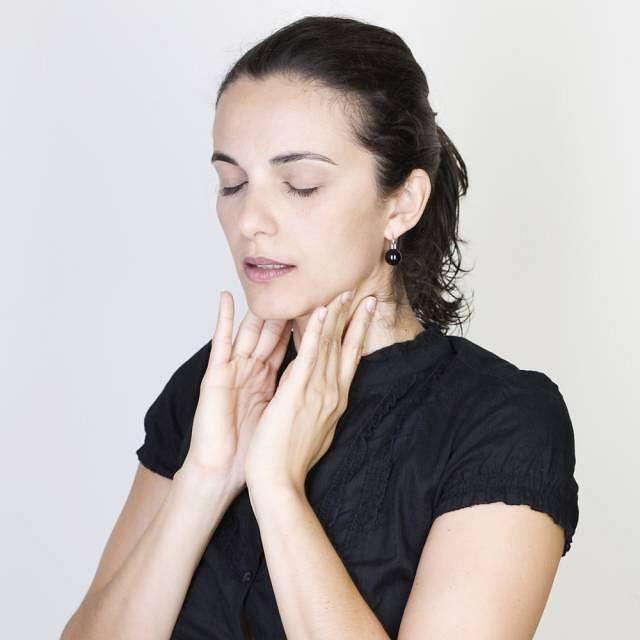 Obrzęk obejmujący gardło lub przełyk może bardzo utrudnić przełykanie
