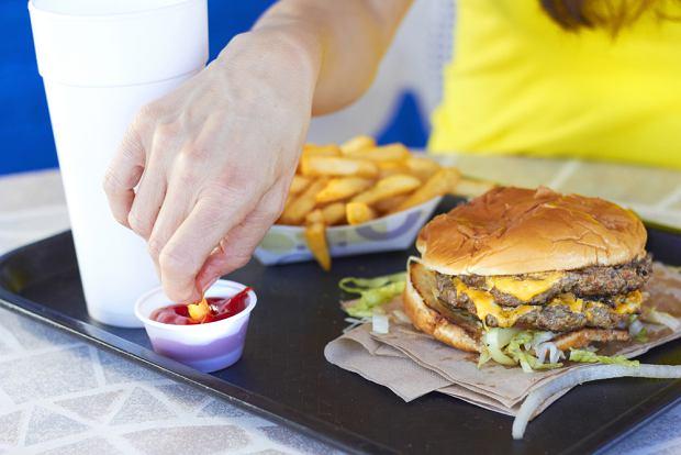 Choć zdaniem większości z nas dania fast food pozostawiaj wiele do życzenia, i tak jemy je, nie zwracając uwagi na skład czy kaloryczność