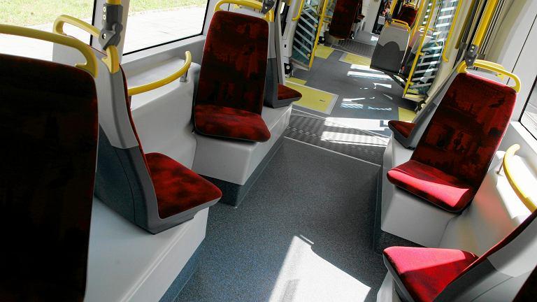 Pasażerka zauważyła na siedzeniu tramwaju pluskwy. Jak często sprząta się pojazdy?