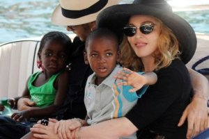 """Adoptowane dzieci Madonny id� do szko�y. Piosenkarka pochwali�a si� zdj�ciem. """"Dumna"""""""