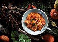 Ostry gulasz wieprzowy z dynią i mangoldem lub jarmużem - ugotuj
