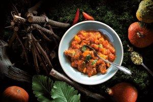 Ostry gulasz wieprzowy z dynią i mangoldem lub jarmużem