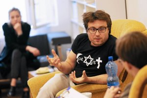 """Marcin K�cki pyta w Klubie Jagiello�skim: Jak mo�na mie� obok siebie swastyk� i """"Polsk� Walcz�c�""""?"""