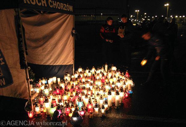 O godz. 19.20 kibice Ruchu zapalili dla Gerarda Cieślika znicze na stadionie przy ul. Cichej