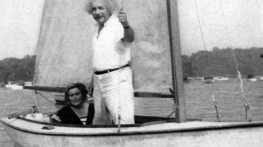 """Einstein na jeziorze Carnegie w USA. """"Czuł się najszczęśliwszy, gdy żeglował tą prymitywną łódką"""" - napisała w pamiętniku jego wieloletnia przyjaciółka Johanna Fantova"""
