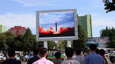 16.09.2017 , Pyongyang . Start rakiety Hwasong-12 pokazywany na telebimie w stolicy Korei Północnej .