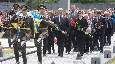 Prezydent Ukrainy Petro Poroszenko złożył hołd ofiarom na cmentarzu w Bykowni.